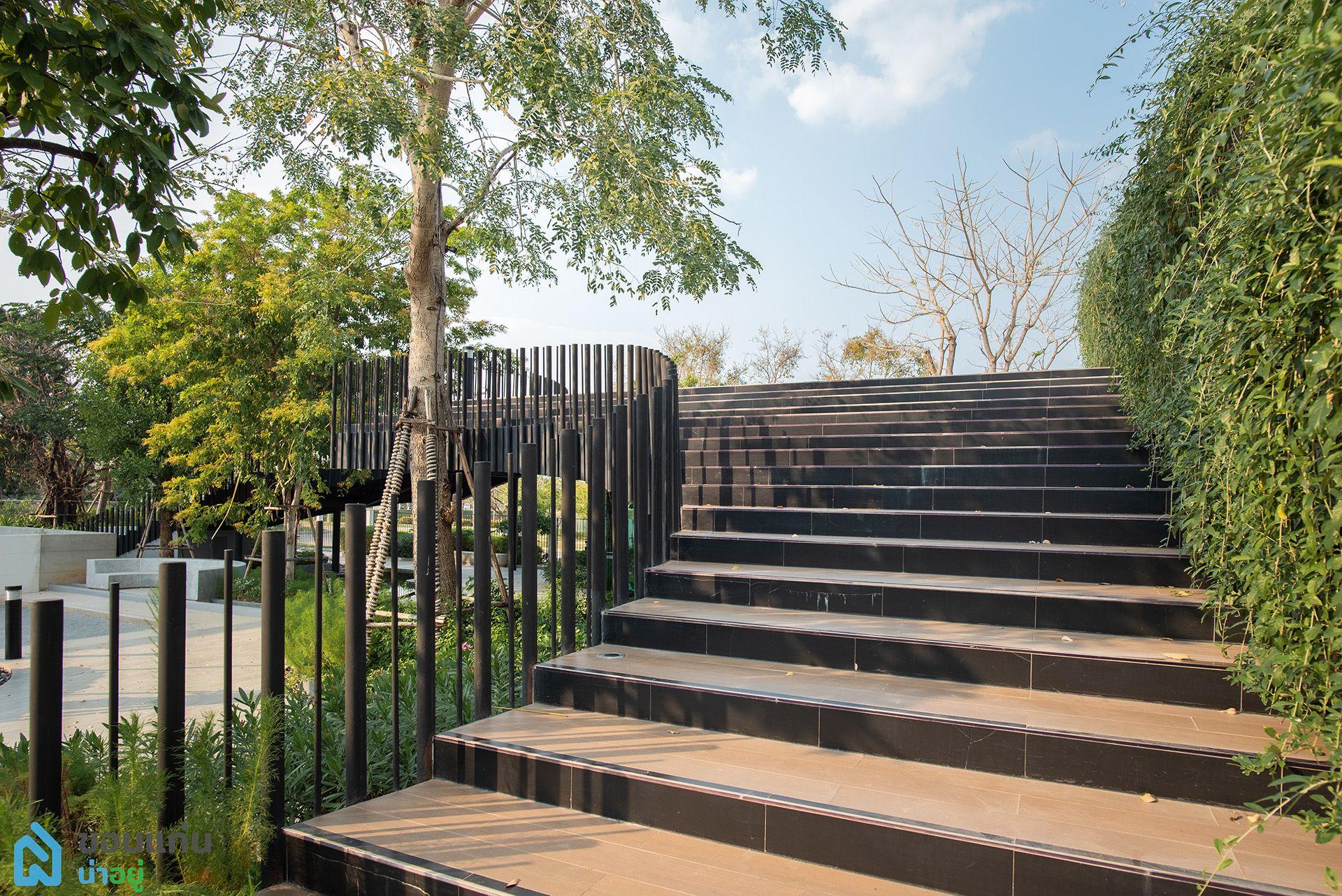 ทางเดินขึ้น สวนลอยฟ้า Klever Park